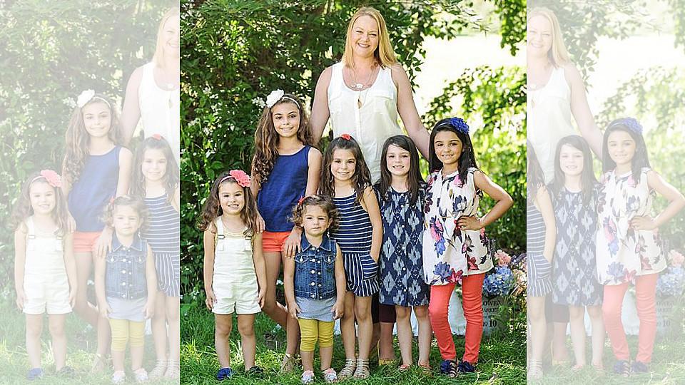 Lacey Dunkin im Mutterglück mit ihren Töchtern Sophia, Natalie, Melanie, Kaylee, Lea und Cecily.