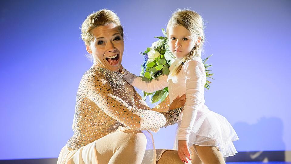Tanja Szewczenko (l.) bekommt in ihrer Rolle als Diana nach ihrer Kür von einem Blumenmädchen (Tanja Szewczenkos Tochter Jona) Blumen überreicht.