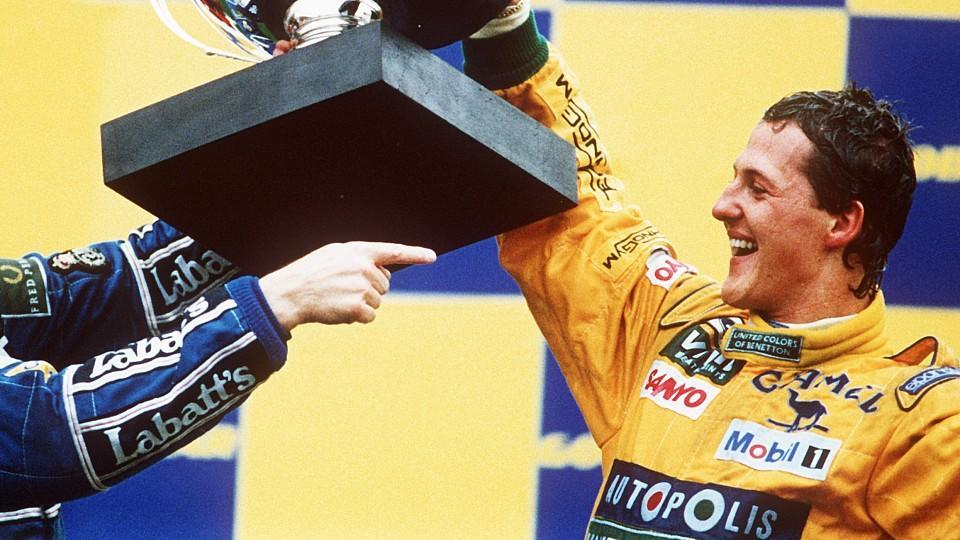 Der deutsche Formel-1-Rennfahrer Michael Schumacher (r) und der Brite Nigel Mansell, der Zweiter wurde, mit dem Siegerpokal am 30.08.1992 in Spa (Belgien). Mit seinem ersten Grand Prix-Sieg krönte Michael Schumacher aus Kerpen am 30.8.1992 beim Große