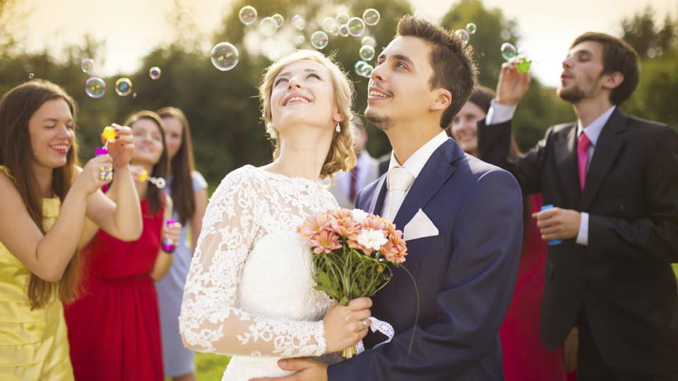 Das Hochzeitshoroskop verrät, dass Schütze-Geborene wert auf eine rauschende Feier mit vielen Gästen legen.