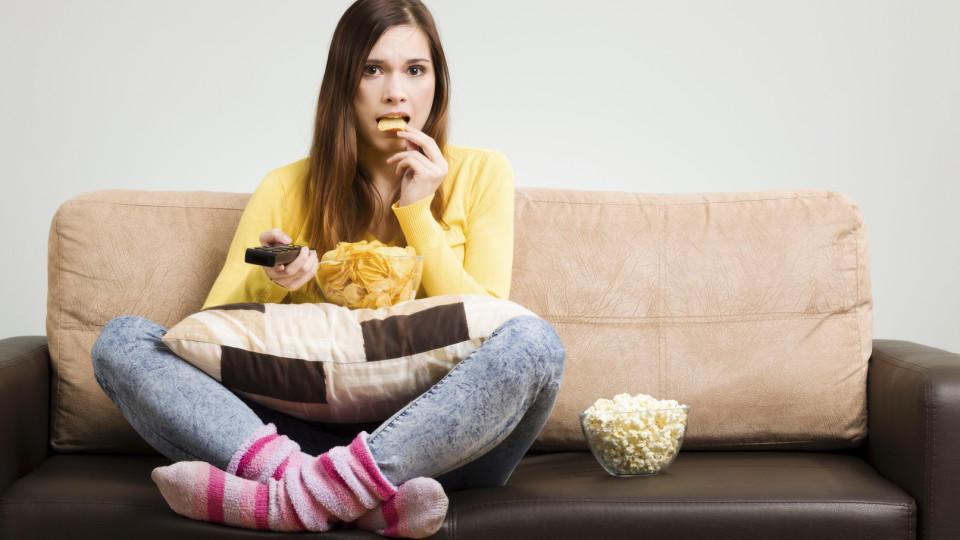 Frau,Langeweile,essen,naschen,Chips,Popcorn,Fernseher