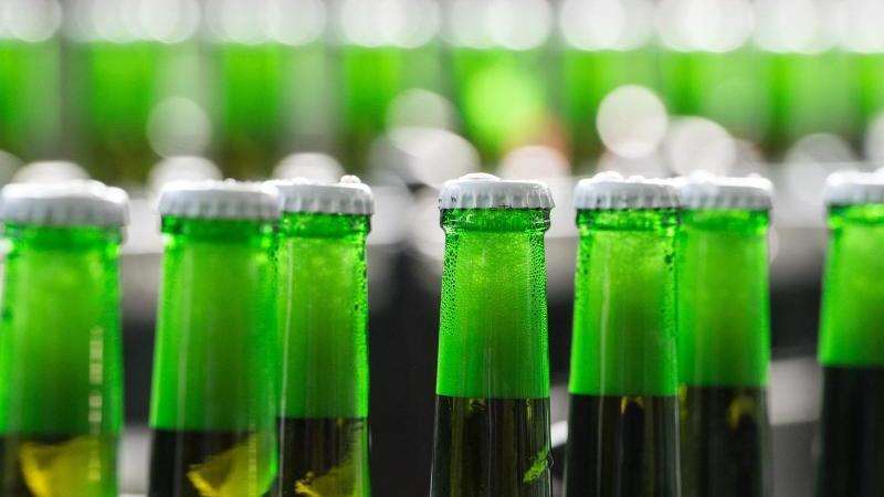 Flaschen mit Bio-Bier auf einem Förderband