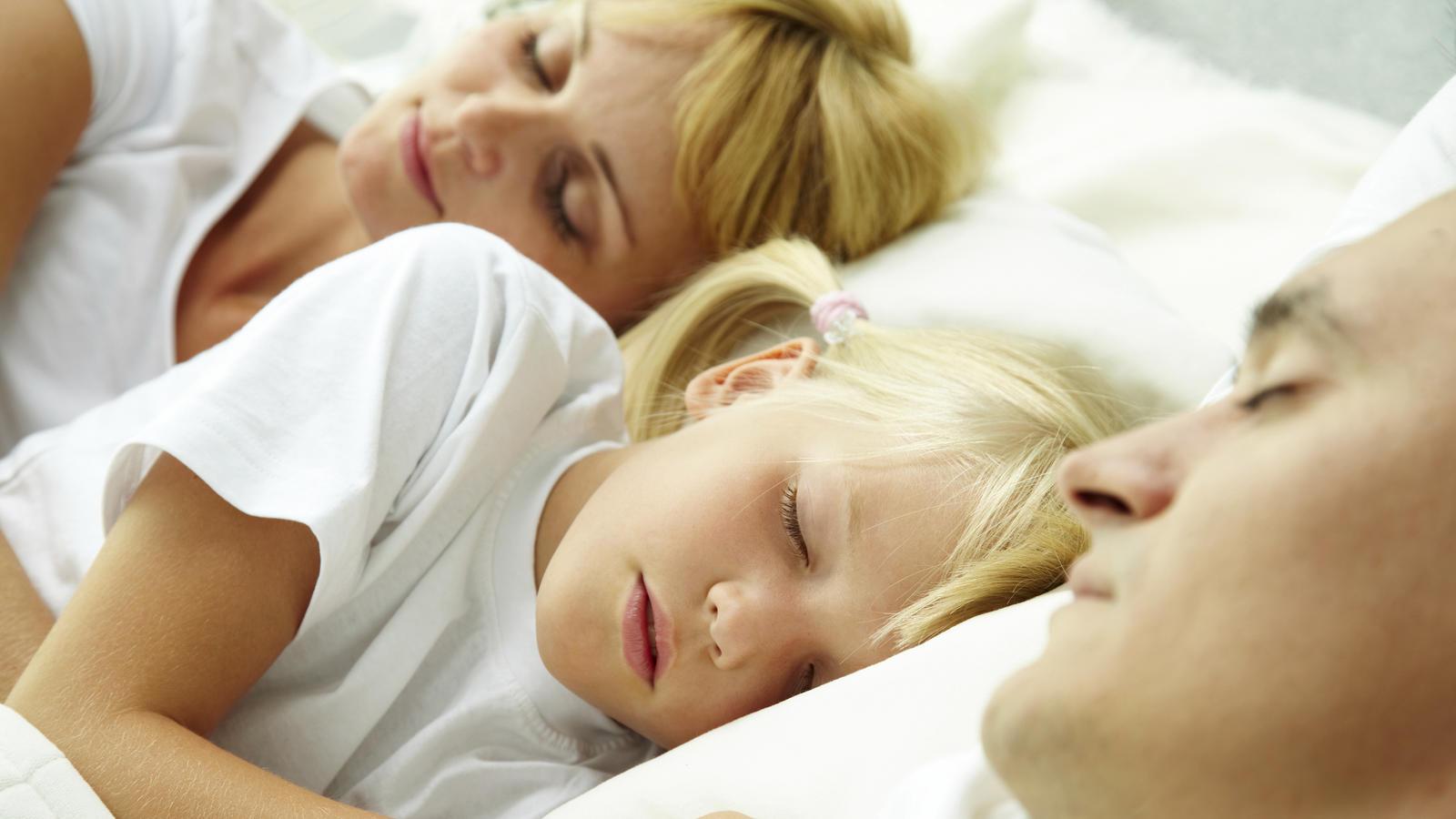 Da ist wohl jemand wieder in der Nacht heimlich in Mamas und Papas Bett gekrochen. Welche Eltern kennen das nicht?!