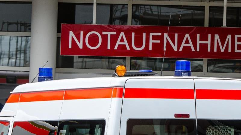 Ein Krankenwagen fährt vor die Notaufnahme einer Klinik in Bayern. Foto: Armin Weigel/Archiv