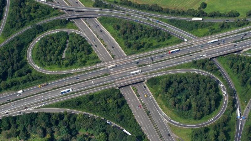 An einem Autobahnkreuz gibt es viele Beschleunigungsspuren.