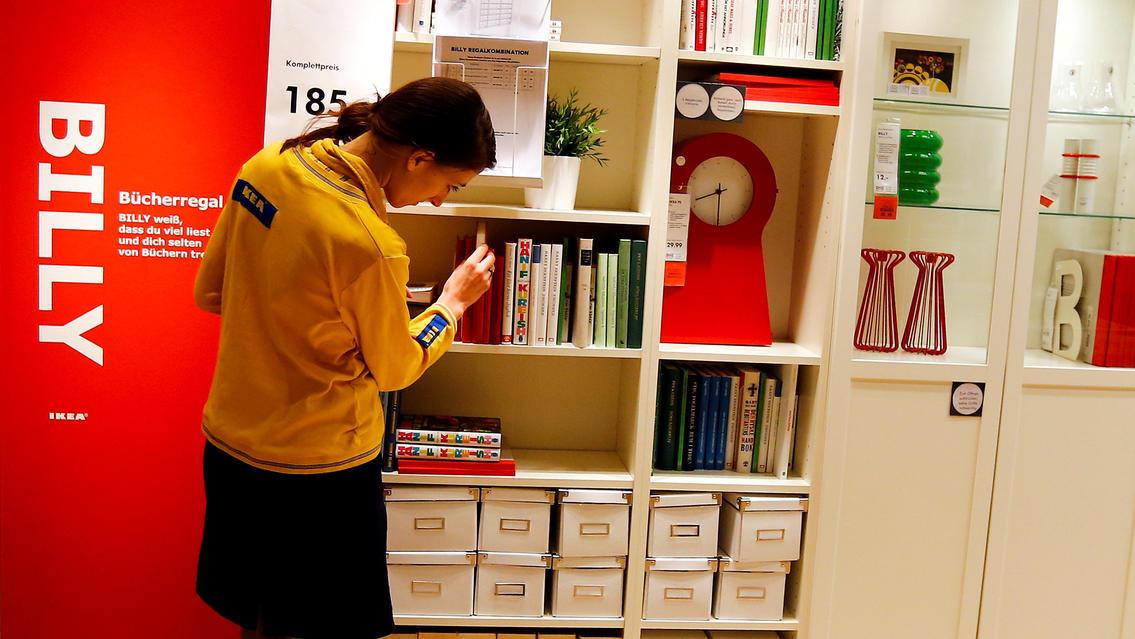 Eine IKEA-Mitarbeiterin vor einem Billy-Regal in einer Filiale in Taufkirchen