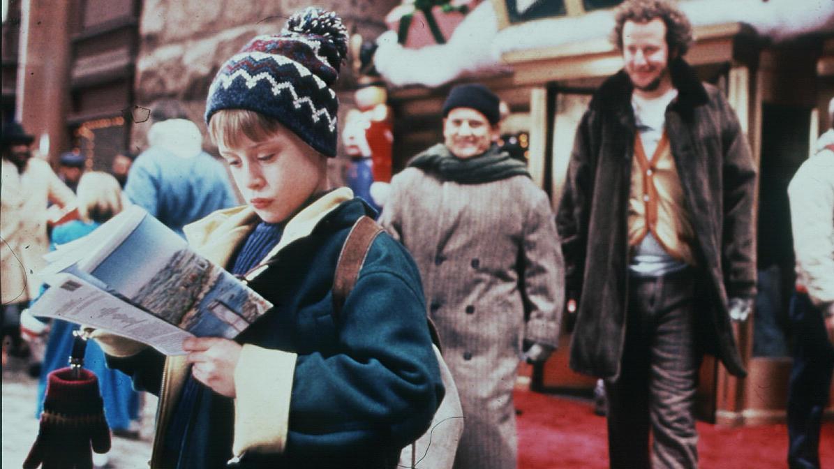 Kevin - Allein in New York aus dem Jahr 1992 ist einer DER Weihnachtsklassiker. Allerdings fallen in der deutschen Synchronisation rassistische Bemerkungen auf.