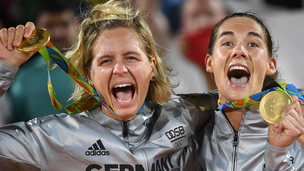 dpatopbilder - Kira Walkenhorst (R) and Laura Ludwig of Germany celebrate on the podium with their gold medals after winning the Women's Beach Volleyball Final at Beach Volleyball Arena Copacabana in Rio de Janeiro, Brazil, 18 August 2016. (zu dpa «O