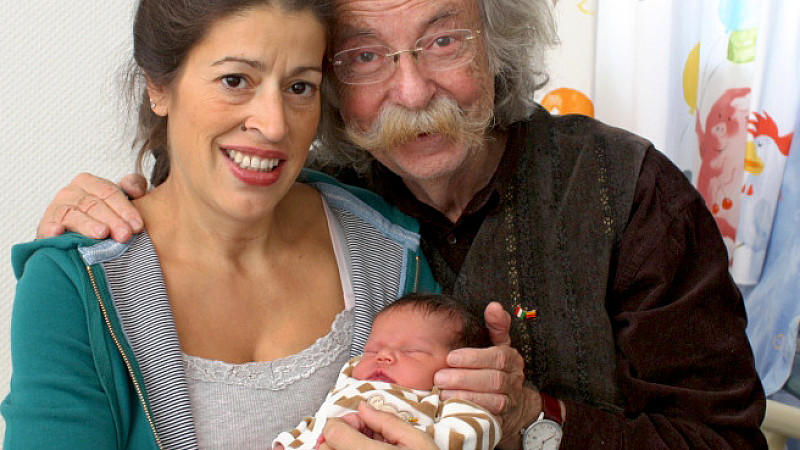 """Der Moderator Jean Pütz und seine Frau Pina halten  am Sonntag (24.10.2010) in Essen ihre Tochter Julie Josephine im Arm. Der ehemalige """"Hobbythek""""-Moderator Jean Pütz ist mit 74 Jahren Vater einer Tochter geworden."""