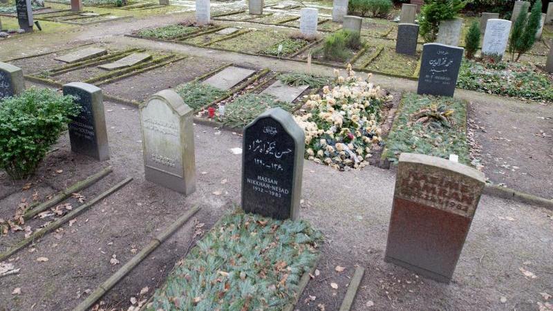 Grabsteine stehen auf einem muslimischen Gräberfeld (Symbolbild)