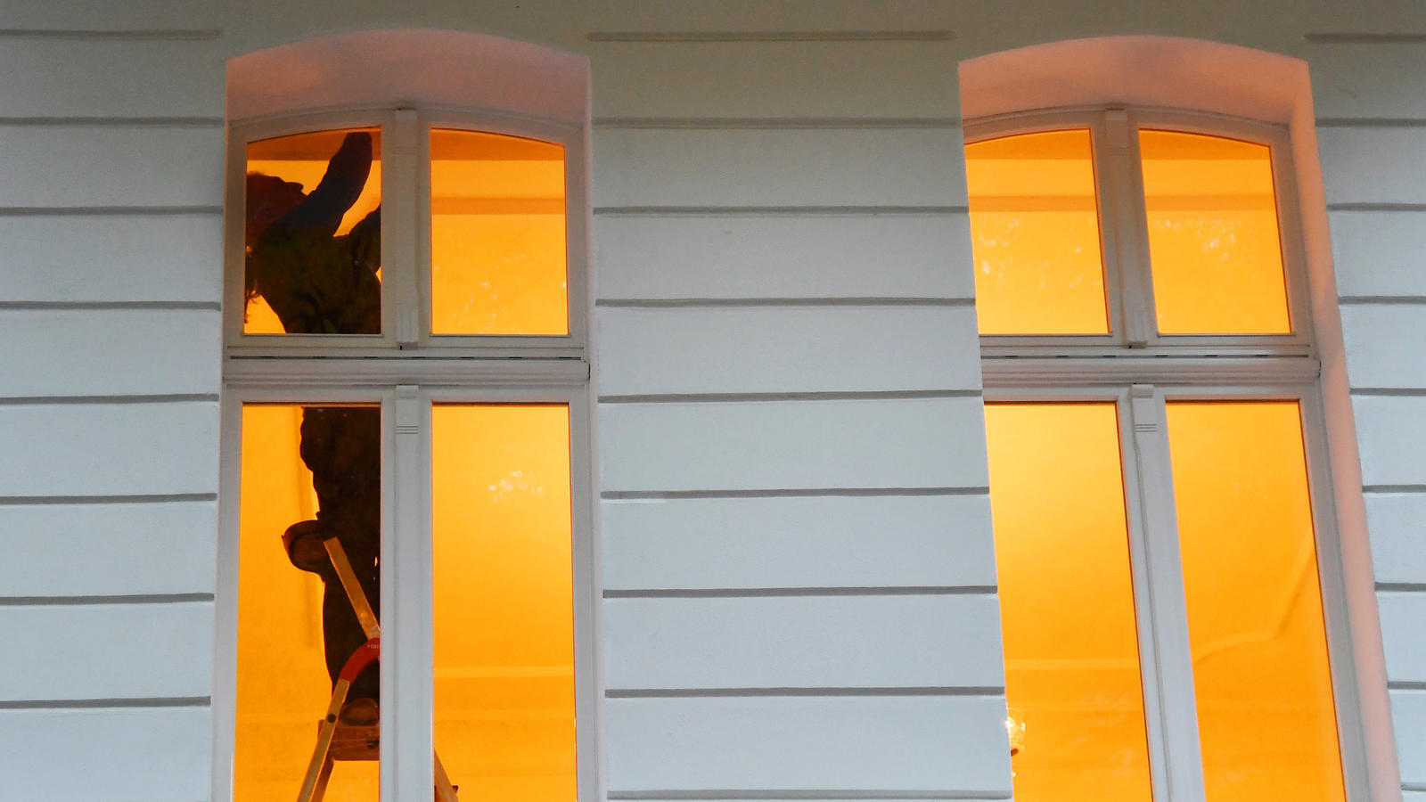 Mal eben auf die Leiter klettern - von wegen: Stürze im Haushalt sind ein unterschätztes Unfall-Risiko.