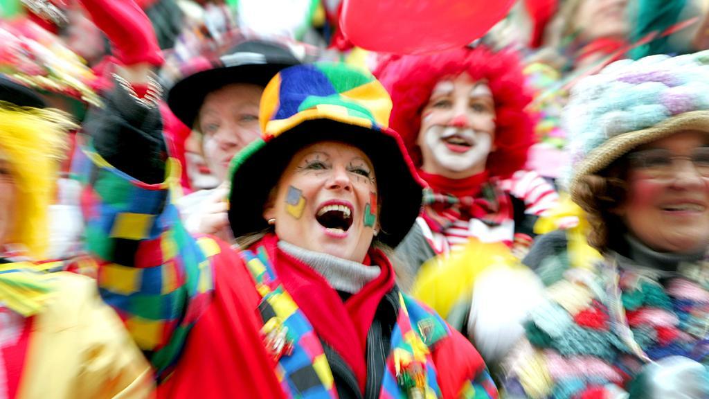 Jecken feiern auf dem Alter Markt in Köln Karneval