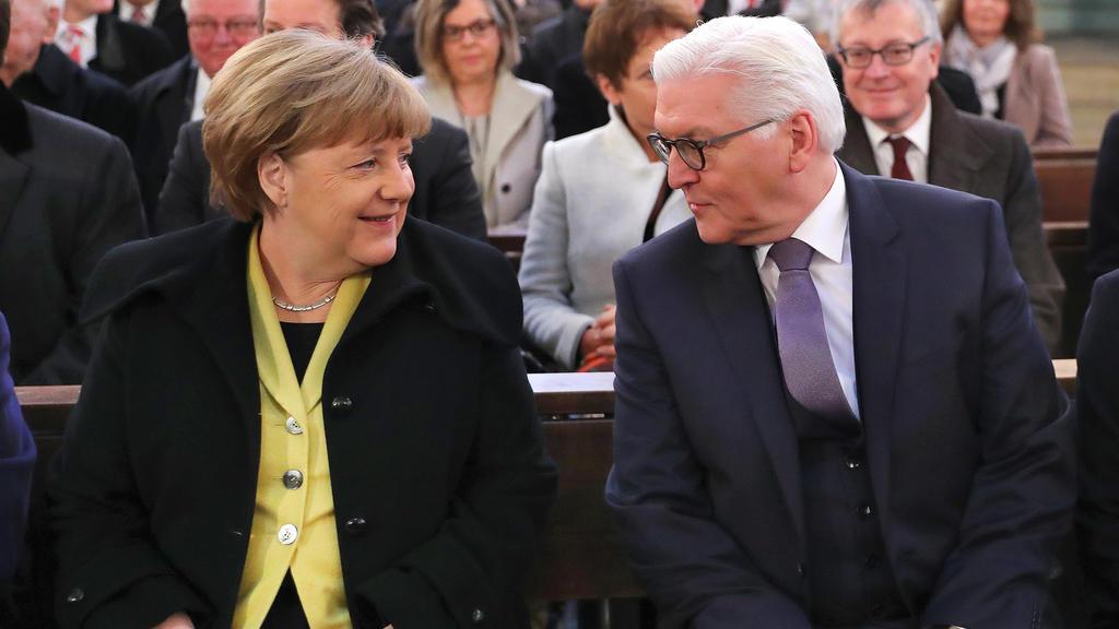 Frank-Walter Steinmeier (SPD), Kandidat bei der Wahl zum Bundespräsidenten, und Bundeskanzlerin Angela Merkel (CDU) sitzen am 12.02.2017 in Berlin in der St. Hedwigs-Kathedrale beim Gottesdienst vor der Wahl des Bundespräsidenten zusammen.