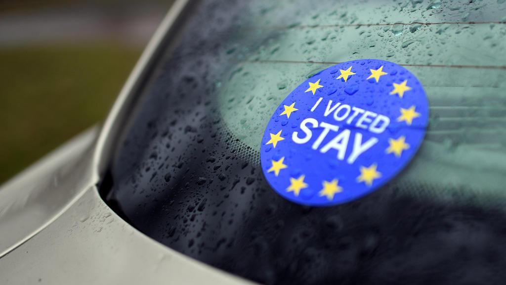 Ein Auto mit britischem Kennzeichen steht am 17.02.2017 in Krefeld (Nordrhein-Westfalen) vor dem Haus Lange. Die Kunst macht den Brexit zum Thema. Der Däne Michael Elmgreen und der Norweger Ingar Dragset inszenieren in der Mies van der Rohe-Villa Hau