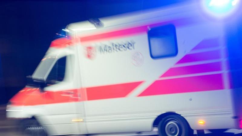Auf dem Weg zum Rettungswagen wurde der junge Sanitäter angegriffen. Foto: Patrick Seeger/Archiv