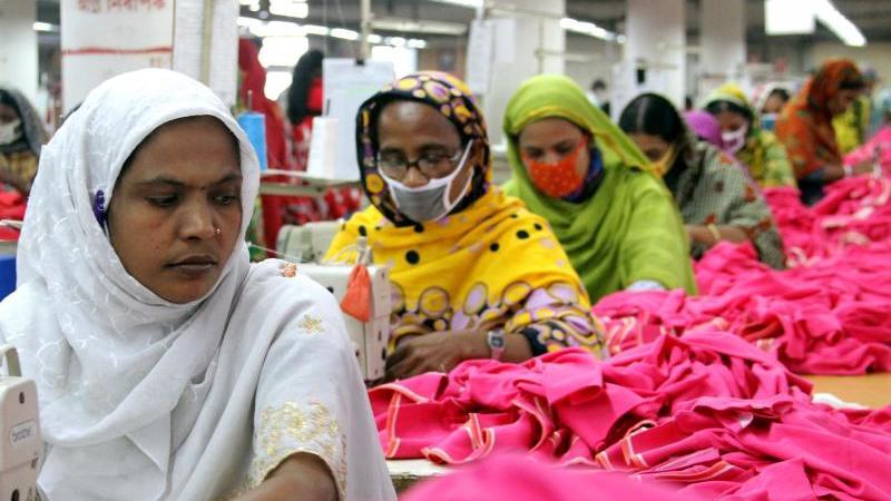 frauen-und-manner-arbeiten-in-einer-textilfabrik-in-gazipur-einem-vorort-der-hauptstadt-dhaka-in-bangladesch