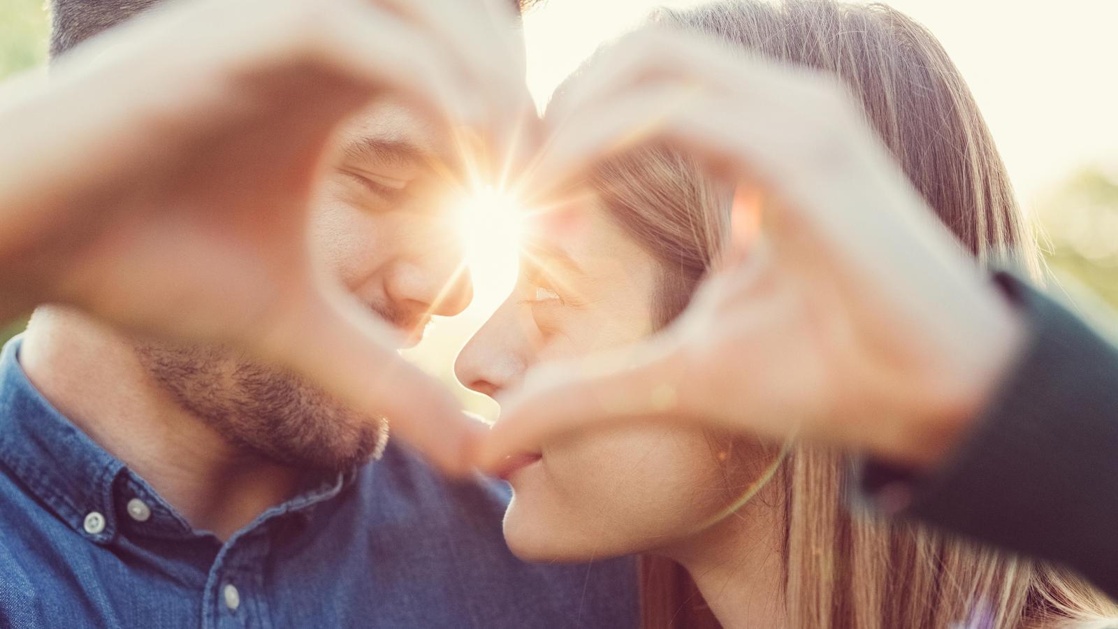 Ein frisch verliebtes Paar kennt sich noch nicht so gut wie ein Pärchen, welches schon lange zusammen ist.