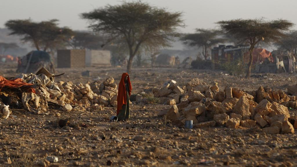 Eine Frau geht am 09.03.2017 in Qardho (Somalia)durch ein Camp, in das sich Anwohner zurückgezogen haben, die wegend er Dürre ihr Land verlassen mussten. Millionen Menschen und Tiere leiden unter den Folgen einer schweren Dürre. Hilfsorganisationen