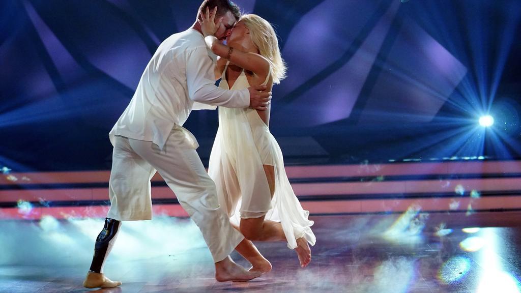 """Heinrich Popow und Kathrin Menzinger zeigen einen gefühlvollen Contemporary in der dritten Liveshow von """"Let's Dance"""" 2017."""