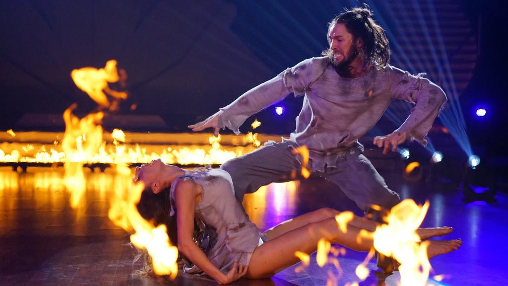 """Sänger Gil Ofarim rührt mit seinem Contemporary in der dritten Liveshow von """"Let's Dance"""" 2017 zu Tränen."""