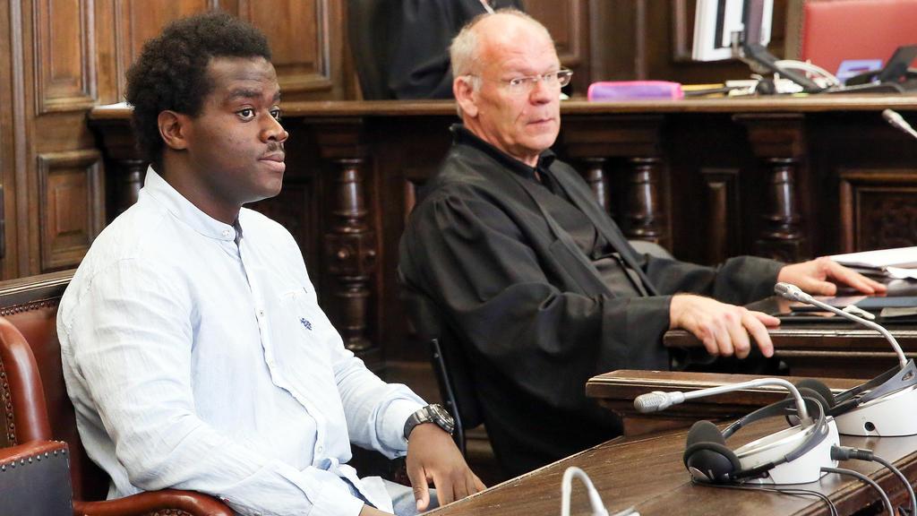 Der Angeklagte Harry S. (l) sitzt am 05.07.2016 in Hamburg im Gerichtssaal im Strafjustizgebäude neben seinem Anwalt Udo Würtz. Die Bundesanwaltschaft wirft dem 27-jährigen deutschen Staatsangehörigen vor, sich als Mitglied an der ausländischen terro