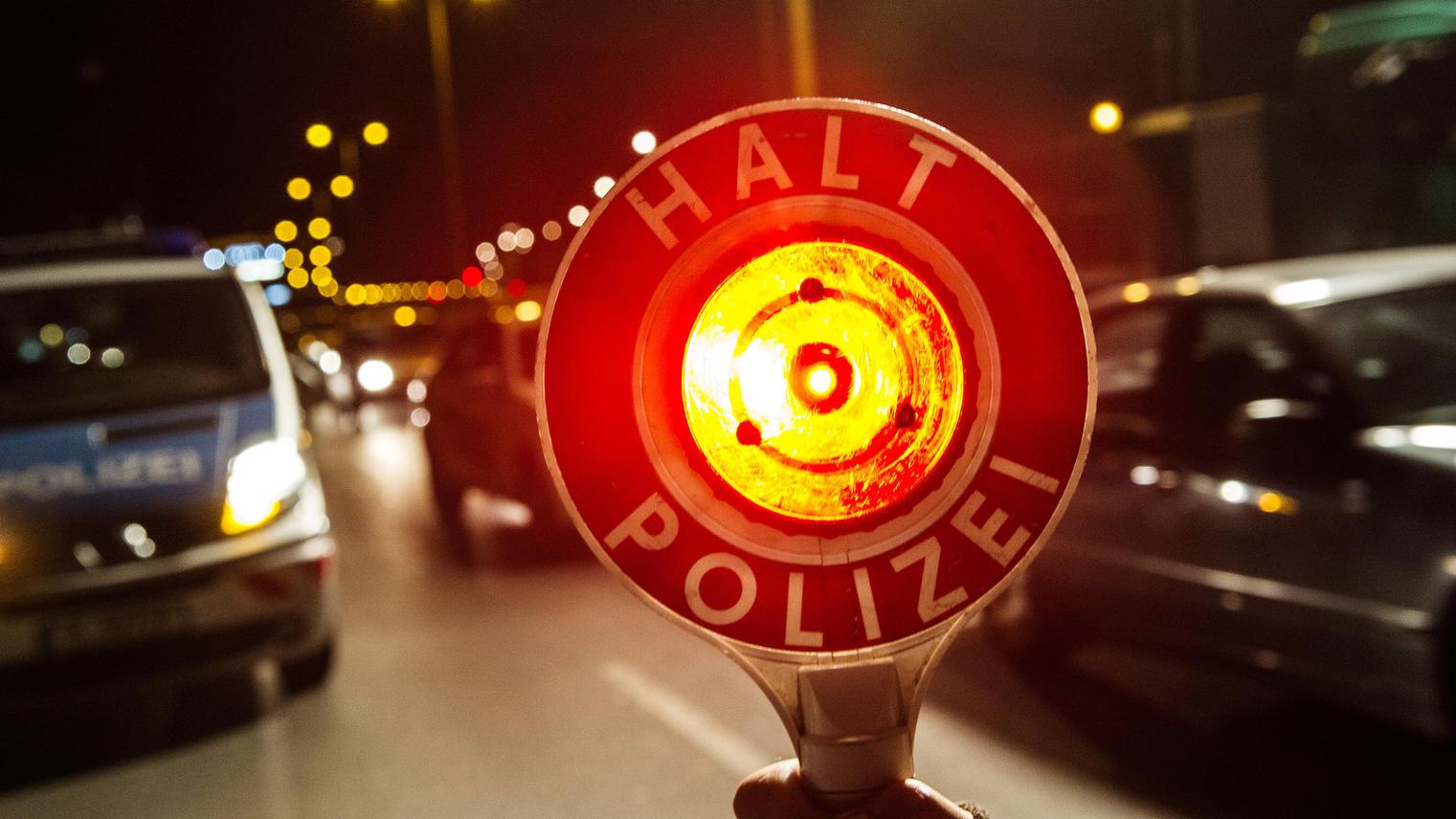 Die Polizei konnte einen jungen Rasererst stoppen, nachdem sie mehrfach auf sein Auto geschossen hatte.