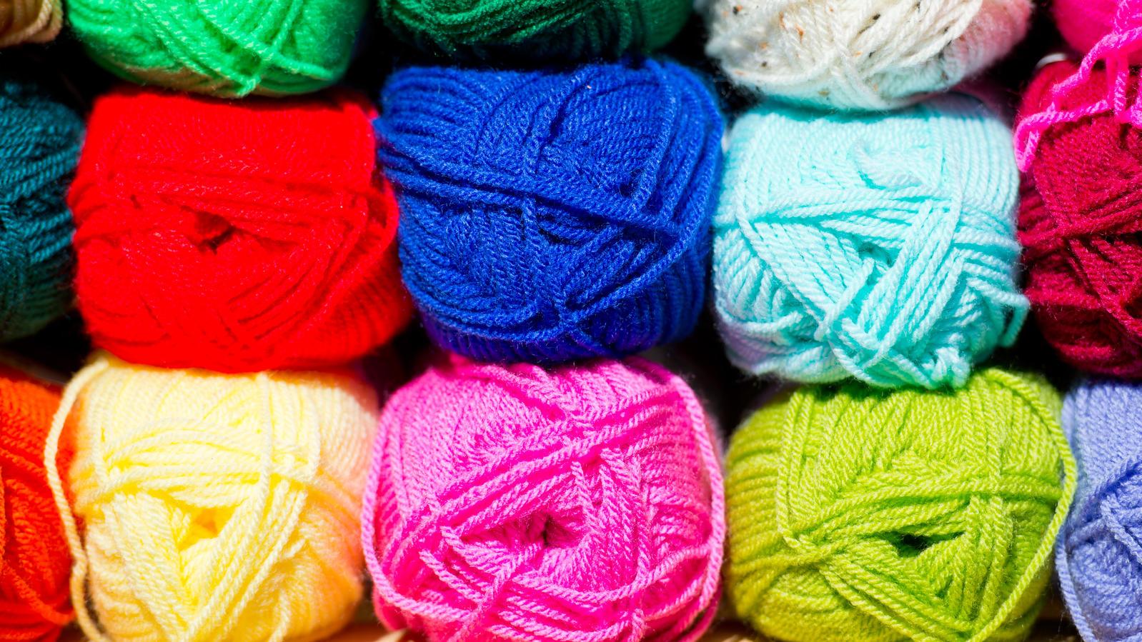 Wollknäuel sind Garne aus verschiedenen Materialien, die für die Handarbeit genutzt werden.