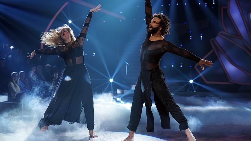 Was für ein atemberaubender Contemporary. Das Besondere bei diesem Tanz: Die Jury schenkt Angelina und Massimo 30 Punkte.