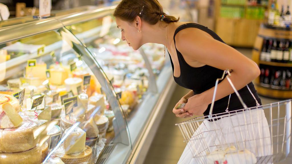 Nicht nur Fleisch, sondern auch andere tierische Produkte wie Milch, Butter und Käse könnten mit einer Klima-Abgabe erheblich teurer werden.