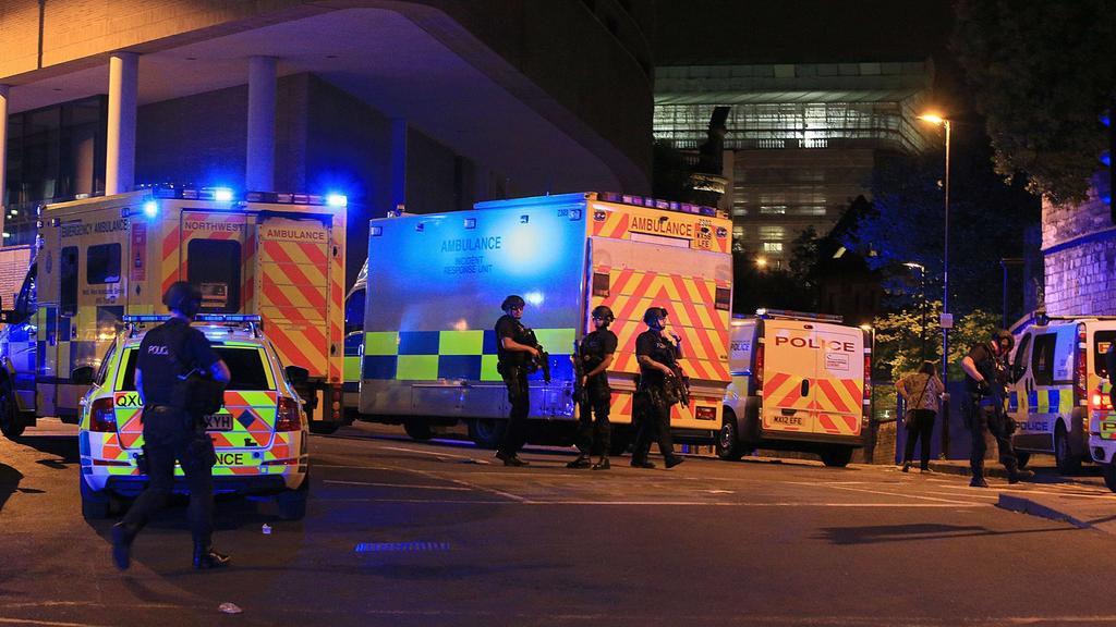 Armed police at Manchester Arena after reports of an explosion at the venue during an Ariana Grande gig. Manchester Arena incident PUBLICATIONxINxGERxSUIxAUTxONLY Copyright: xPeterxByrnex 31415864Armed Police AT Manchester Arena After Reports of to E