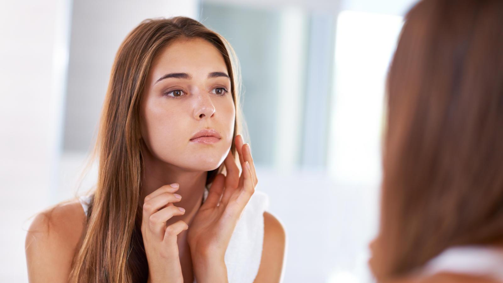 Natron kann für ein feineres Hautbild sorgen und das ganz ohne Zusatzstoffe, die man in Hautcremes aus Drogerien findet.