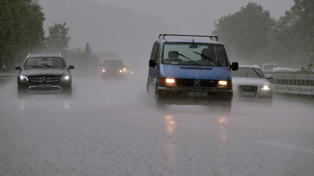Bei Starkregen fahren die Autos am 03.06.2017 auf der Bundesstraße 10 bei Esslingen-Sirnau (Baden-Württemberg). Foto: Andreas Rosar/dpa | Verwendung weltweit