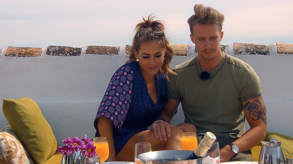 Der nächste Morgen: Jessica und David genießen ihr Frühstück.