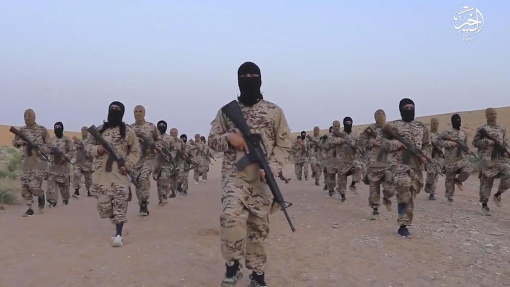 Das Standbild eines undatierten Propaganda-Videos, welches von der Terrormiliz Islamischer Staat (IS) am 19.05.2017 ins Internet gestellt wurde und über die Associated Press am 10.06.2017 zur Verfügung gestellt wurde,  zeigt IS Kämpfer in Deir ez-Zor