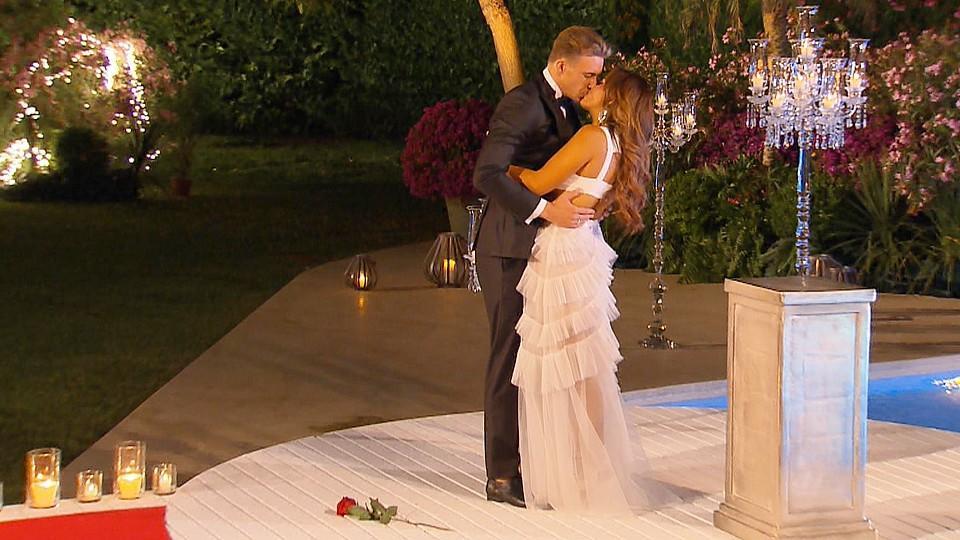 Mit einem Kuss besiegeln David und Jessica ihre Liebe.