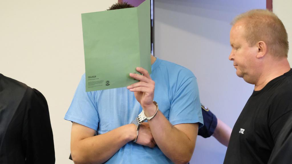 Der Angeklagte Sebastian F. steht am 04.08.2017 in Dessau-Roßlau in einem Saal des Landgerichts. Das Landgericht Dessau-Roßlau hat den Vergewaltiger und Mörder einer chinesischen Studentin zu einer lebenslangen Freiheitsstrafe verurteilt. Seine mitan