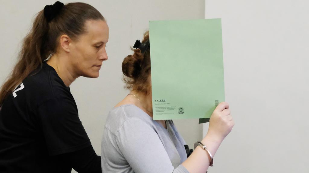 Die Angeklagte Xenia I. wird am 04.08.2017 in Dessau-Roßlau in einen Saal des Landgerichts geführt. Das Landgericht Dessau-Roßlau hat den Vergewaltiger und Mörder einer chinesischen Studentin zu einer lebenslangen Freiheitsstrafe verurteilt. Seine mi