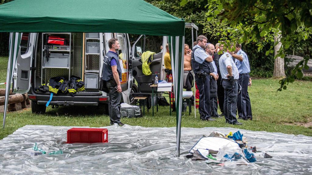 Einsatzkräfte stehen am 08.08.2017 nach dem Absturz eines Kleinflugzeugs in den Bodensee bei Konstanz-Litzelstetten (Baden-Württemberg) am Ufer bei Litzelstetten. Nach bisherigen Erkenntnissen war das Flugzeug mit zwei Personen besetzt. (zu dpa «Klei