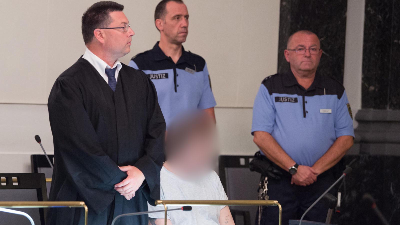 Der Angeklagte gemeinsam mit seinem Verteidiger im Landgericht Zwickau.