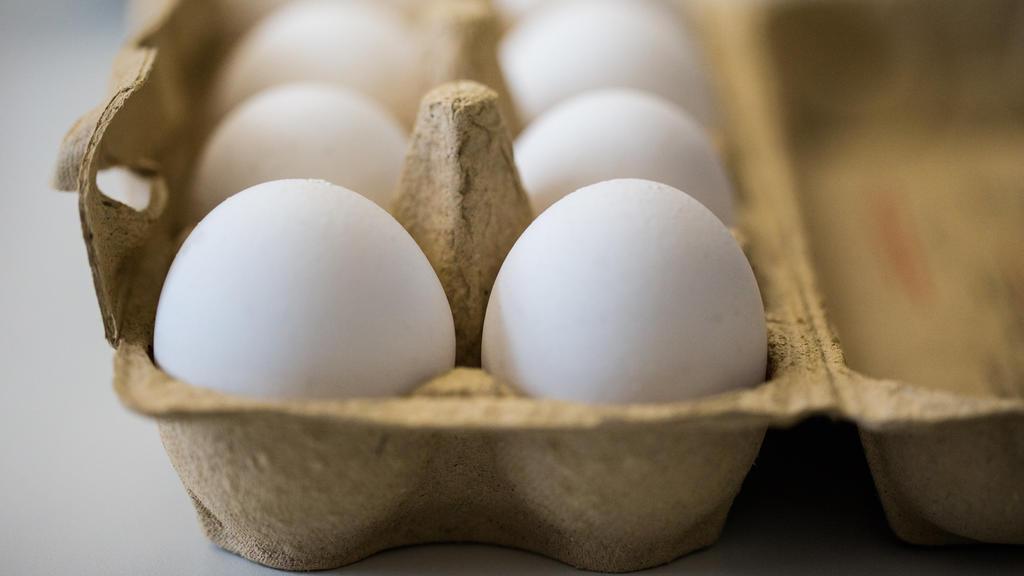 ARCHIV - Eier liegen am 07.08.2017 in Krefeld (Nordrhein-Westfalen) in einem Labor des Chemischen Veterinäruntersuchungsamts in einem Frische-Behälter. Die Bundesregierung rechnet in Folge des Fipronil-Skandals mit spürbar steigenden Eierpreisen. (zu