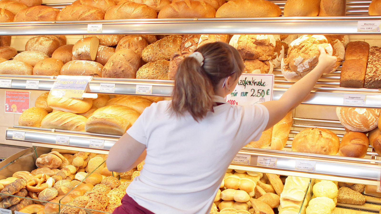 Die Deutschen haben in der Corona-Krise wieder häufiger beim Bäcker nebenan eingekauft. Trotzdem sind die Gesamtumsätze zurückgegangen.