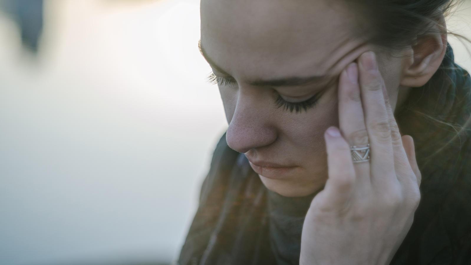 Hämmernde Kopfschmerzen ist nicht das Einzige, mit dem man bei Hangxiety zu kämpfen hat.