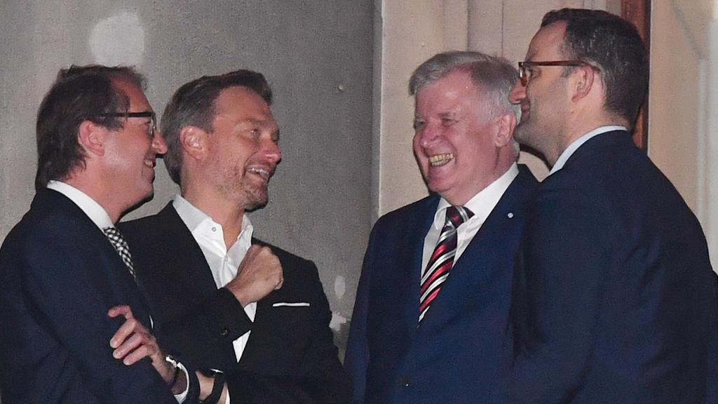 Pause am 20.10.2017 in Berlin bei den Sondierungsgesprächen zwischen CDU/CSU, der FDP und den Grünen auf dem Balkon der Parlamentarischen Gesellschaft. L-R: Alexander Dobrindt (CSU), Bundesverkehrsminister, FDP-Chef Christian Lindner, CSU-Chef Horst