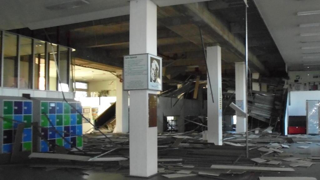 Eingestürzte Decke im Foyer der Carlo-Schmidt-Oberschule in Berlin Spandau