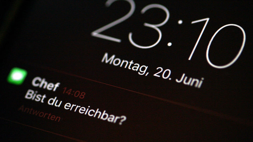 ACHTUNG: SPERRFRIST 21.06.2016 09:00 Uhr!!! ILLUSTRATION - Eine Nachricht vom Chef mit der Frage «Bist du erreichbar?» ist am 20.06.2016 in Berlin auf dem Display eines Smartphones zu sehen. Foto: Monika Skolimowska/dpa (zu dpa: «Deutsche wollen laut