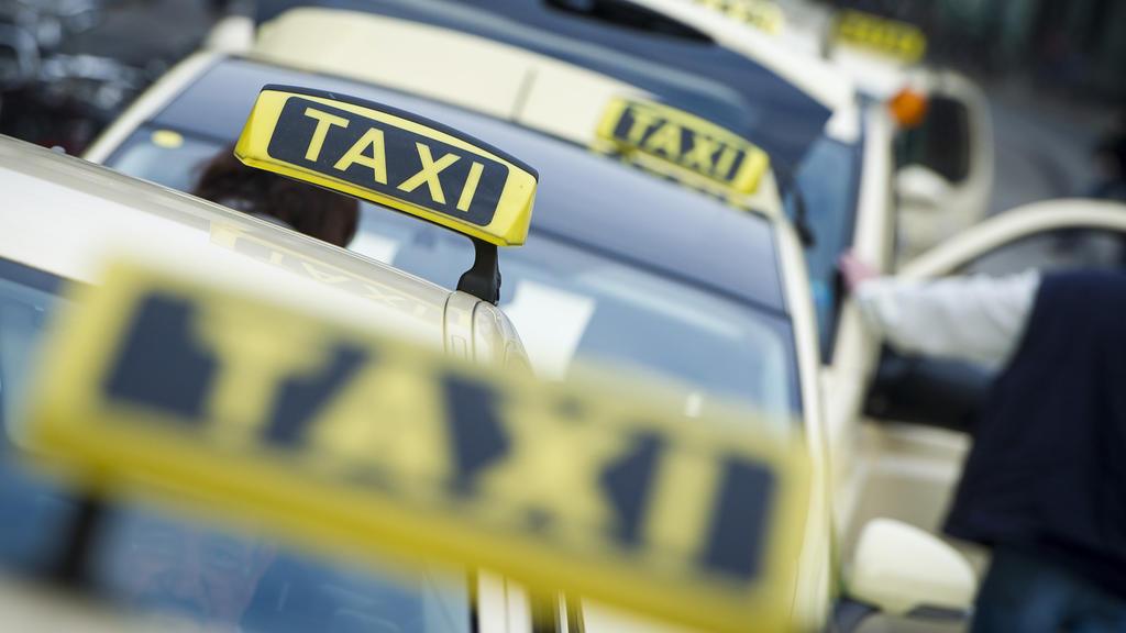 """""""Heute kann man froh sein, wenn du nach 20 Minuten eine Tour kriegst"""", erzählt uns der Hamburger Taxifahrer Bernd Hoffmann."""