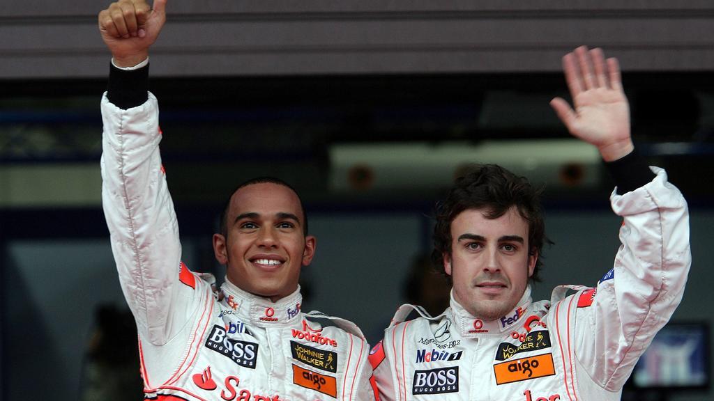 Lewis Hamilton (England, li.) und Fernando Alonso (Spanien / beide McLaren Mercedes) auf den Plätzen 1 und 2 nach dem Qualifying des GP Japan 2007 - PUBLICATIONxNOTxINxUK