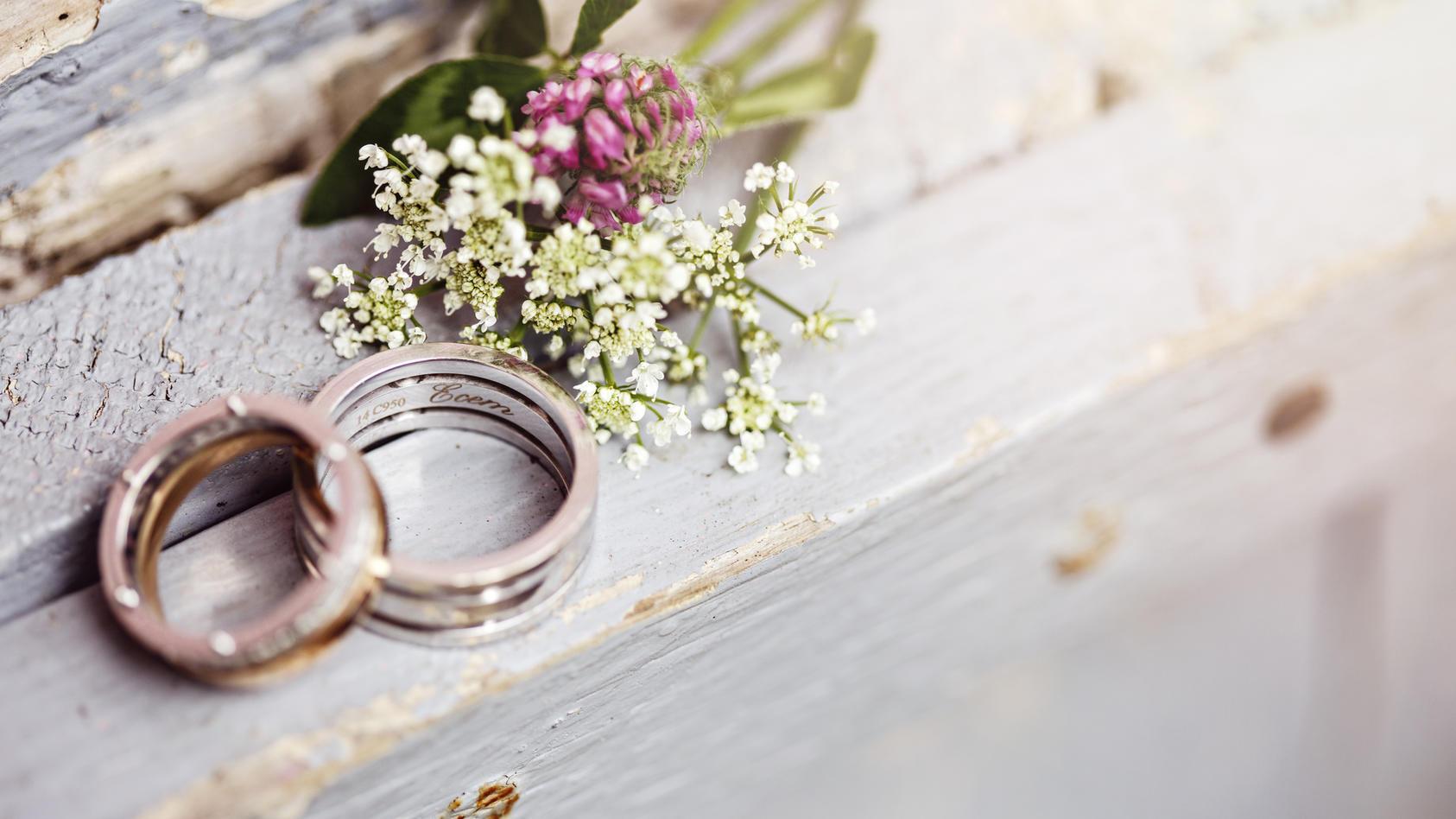 Das Ringkissen für die Hochzeitsringe sollte nicht vergessen werden.