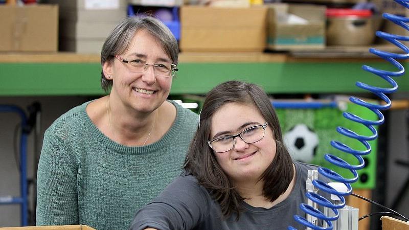 Karin Glaub mit Tochter Kim-Lea im Berufsbildungsbereich der Herforder Lebenshilfe.