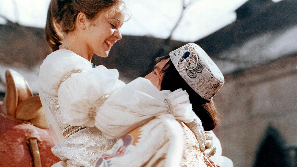Endlich kann der Prinz (Pavel Travnicek) sein Aschenbrödel (Libuse Safrankova) in die Arme schließen - Szene des Märchenfilms 'Drei Haselnüsse für Aschenbrödel'